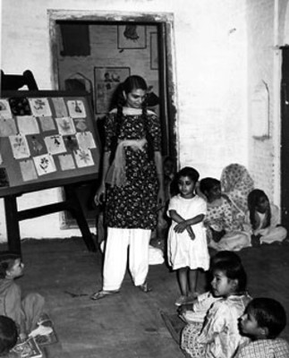 Mujer y niños de la India en una exposición