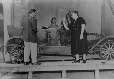 Luz Corral de Villa muestra a Ismael Casasola el automóvil donde fue asesinado Francisco Villa