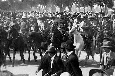Los generales Villa y Zapata al frente de la poderosa división del norte a su entrada a México