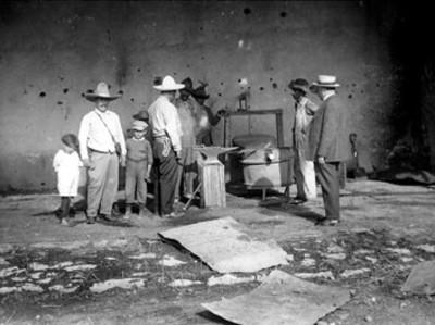 Francisco Villa conversa con herreros en la hacienda del Canutillo