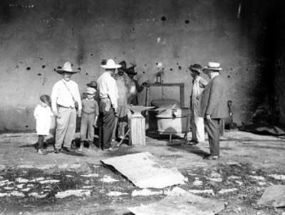 Francisco Villa conversa con herreros de su hacienda de Canutillo