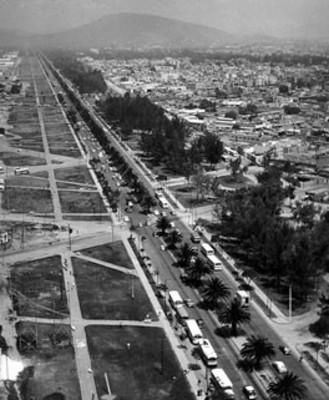 Transito vehicular en una avenida de la ciudad de México, vista aérea