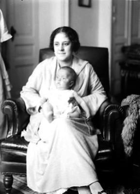 Esposa e hijo de Manuel Pérez Treviño, en la sala de su casa, retrato