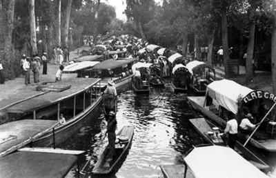 """Gente su divierte en """"Xochimilco"""""""