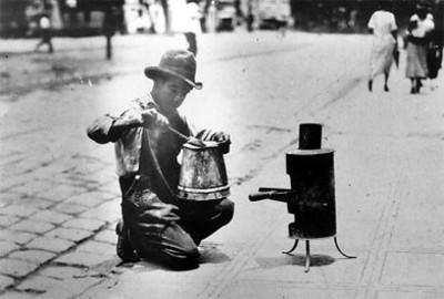 Hombre soldando una cafetera