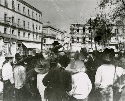 Merolico en uuna calle, rodeado de gente