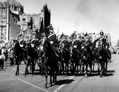 Cadetes del Colegio Militar de la República Argentina desfilan frente a Palacio Nacional