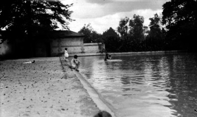 Hijas del general Manuel Pérez Treviño jugando dentro del Lago de Chapultepec