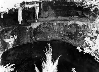Hombres observan el cenote Sagrado