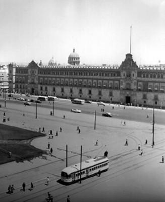 Tránsito urbano frente a Palacio Nacional