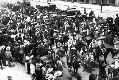 Tropas zapatistas a su paso por Avenida Juárez