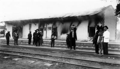 Estación de ferrocarril incendiada por zapatistas