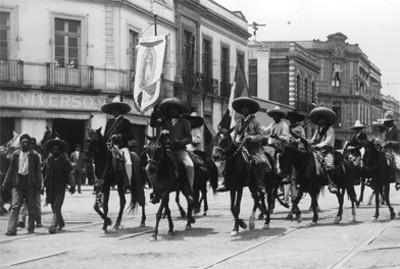 Contingente de zapatistas con el estandarte de la Virgen de Guadalupe