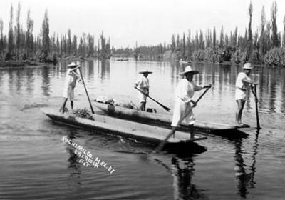 """Hombres en una canoa en """"Xochimilco"""""""