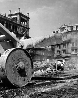 Trabajadores realizan obras públicas en el zócalo