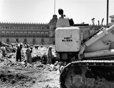 Trabajadores excavan zanja durante obras públicas en el zócalo
