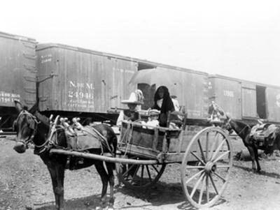 Familia en una carreta junto a un ferrocarril