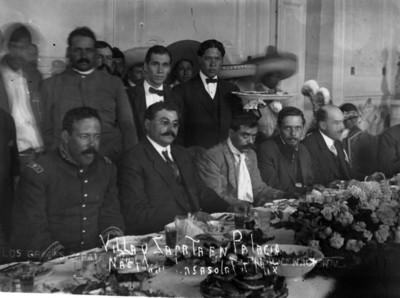 Villa y Zapata sentados a la mesa en el interior de Palacio Nacional