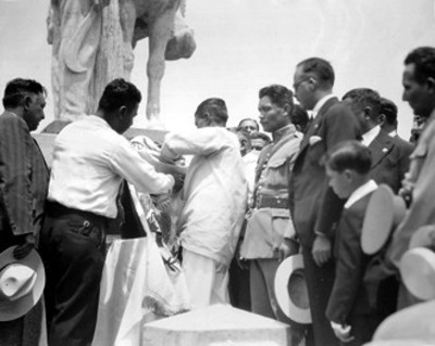 Hombres colocan bandera en el monumento a Zapata