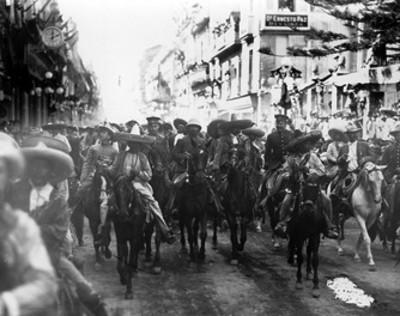 Francisco Villa y Emiliano Zapata acompañados de sus ejércitos durante su entrada a la ciudad de México