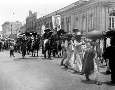 Ejército zapatista al pasar por una calle en la ciudad de México