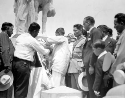 Colocación de los restos de Emiliano Zapata en el monumento en su honor