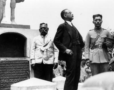 El Sr. Estrada Cajigal habla durante el traslado de los restos del Gral. Emiliano Zapata en Cuautla