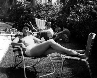 Mujer en traje de baño en un balneario, retrato