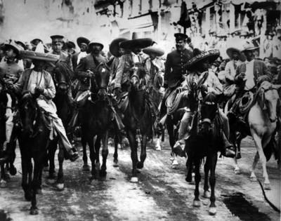 Emiliano Zapata y Francisco Villa acompañados de jefes revolucionarios entran a la ciudad de México