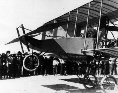 Alberto Braniff abordo del aeroplano Voisin