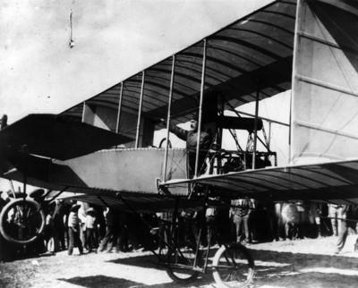 Alberto Braniff abordo del aeroplano Voisin antes de su despegue