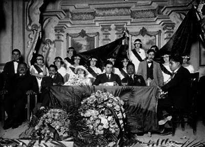 José Petriccioli con miembros de una organización obrera, presidiendo una ceremonia pública