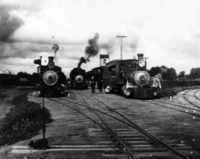 Ferrocarrilero aceita locomotora en estación