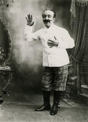 Hombre actuo durante una obra teatral