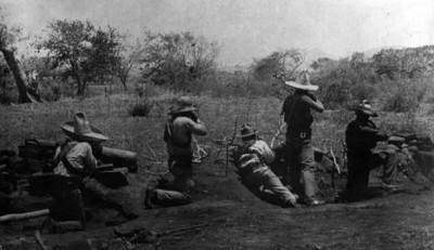 Soldados constitucionalistas durante combate