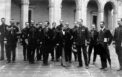 Francisco I. Madero y José María Pino Suárez con militares en el patio de Palacio Nacional