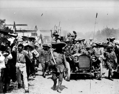 Francisco I. Madero llega en un automóvil a la ciudad de Cuernavaca