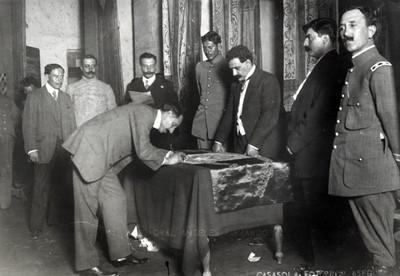 Felipe Ángeles firmando la bandera nacional en la Convención de Aguascalientes