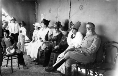 Venustiano Carranza acompañado de su esposa y otras mujeres, retrato de grupo