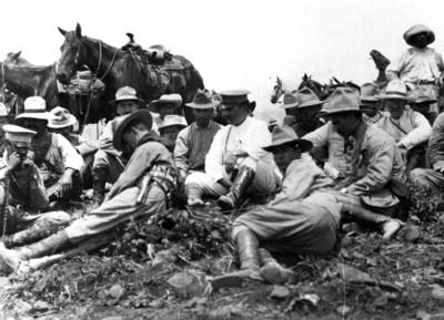 Álvaro Obregón durante un descanso en la campaña del Noreste