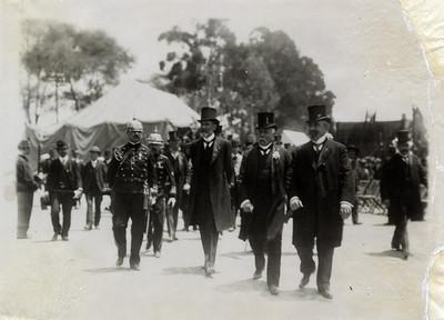 Porfirio Díaz Mori acompañado de otros hombres en una fiesta nacional