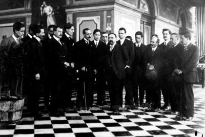 Francisco I. Madero acompañado de periodistas, retrato de grupo