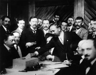 Francisco I. Madero deposita su voto en las elecciones presidenciales