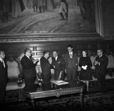 Gustavo Díaz Ordaz entrega al doctor Salvador Zubiran el Premio Nacional de Ciencias en Palacio Nacional