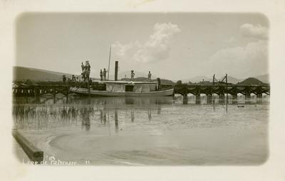 """Hombres abordo de un barco en el """"lago de Pátzcuaro"""""""