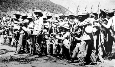 Batallón de indios yaquis del Ejercito Constitucionalista con las armas primitivas