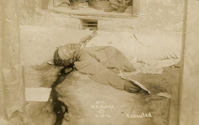 Cadáver postrado en una calle