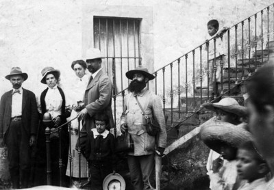 Francisco I. Madero González junto a otras personas en la escalera de una casa