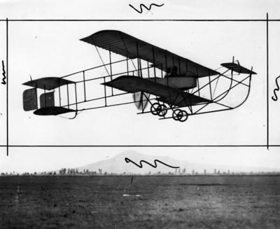 Alberto Braniff Ricard y otra persona vuelan en el Farman
