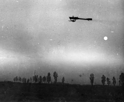 Piloto aviador vuela en el deperdussin